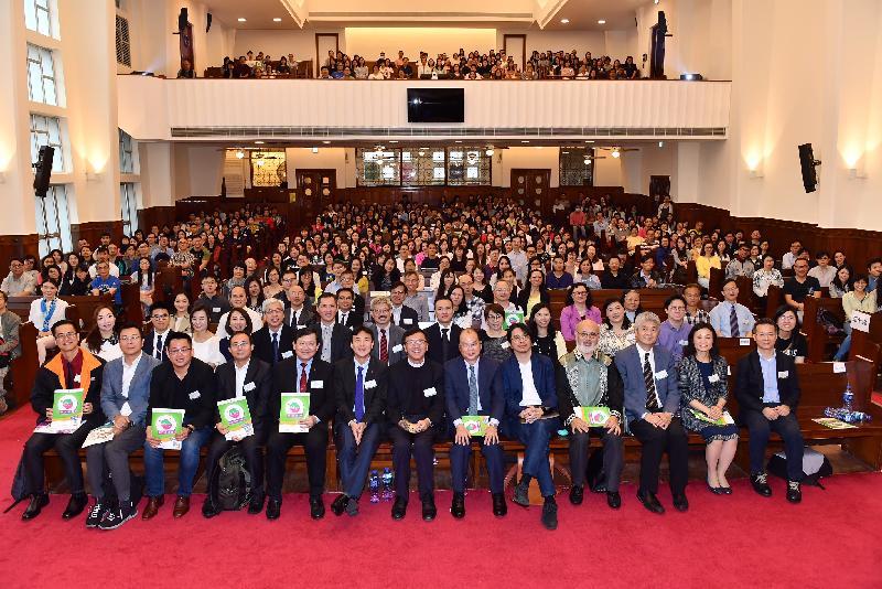 政務司司長張建宗(前排右六)今日(四月二十八日)早上出席香港基督教循道衛理聯合教會舉辦的兩岸三地生命教育論壇2018,並與嘉賓和參加者合照。