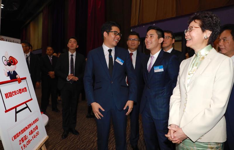 行政長官林鄭月娥今日(四月二十八日)在亞洲國際博覽館出席創新香港—國際人才嘉年華。圖示林鄭月娥(右一)參觀攤位。