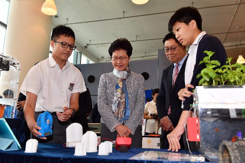 行政長官林鄭月娥今日(四月二十八日)出席港鐵STEM創未來概念展示日。圖示林鄭月娥(左二)觀看參賽者製作的模型。