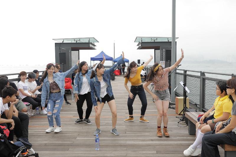 「中西區海濱長廊—西區副食品批發市場段」今日(四月二十八日)開幕,青年團體在「露天空間」主題區表演街頭舞蹈。