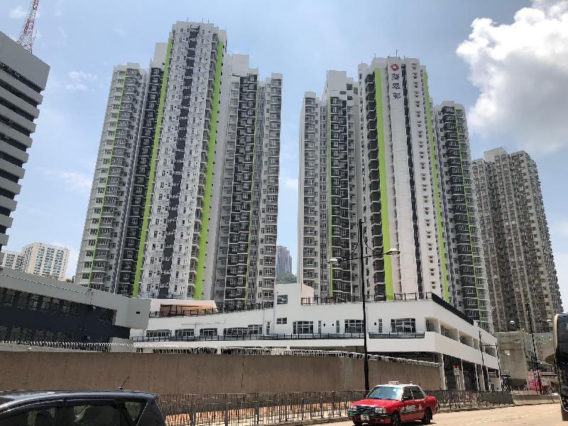 葵涌葵翠邨兩座公共租住房屋大樓今日(四月三十日)開始入伙。