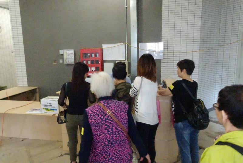 葵涌葵翠邨兩座公共租住房屋大樓今日(四月三十日)開始入伙。圖示居民辦理入伙手續。