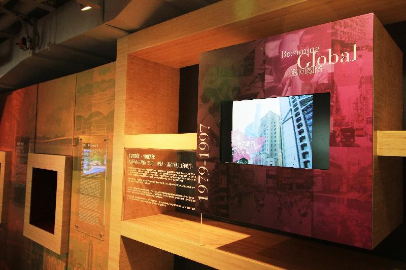 展城馆于本月增设「展.望两世纪」新展区,并由明日(五月一日)起延长开放时间。图为回顾香港城市规划发展历史的展品。