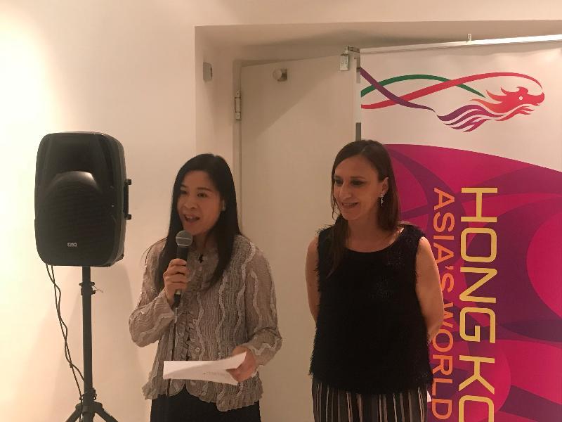 在香港駐布魯塞爾經濟貿易辦事處(駐布魯塞爾經貿辦)支持下,香港電影參與四月二十日至二十八日在意大利烏迪內舉行的遠東電影節。圖示駐布魯塞爾經貿辦副代表周雪梅(左)四月二十七日(烏迪內時間)在意大利烏迪內舉行的遠東電影節的香港晚宴上致辭,與她一同出席的是遠東電影節主席Sabrina Baracetti(右)。