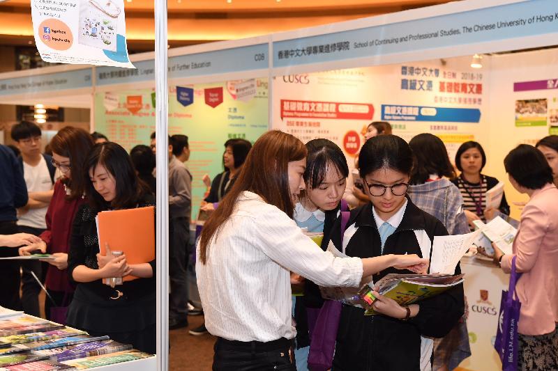 教育局今日(五月四日)及明日(五月五日)在九龍灣國際展貿中心舉辦「多元出路資訊SHOW 2018」,為中學畢業生提供不同出路的資訊,在規劃升學途徑及就業出路方面作好準備。市民參觀「多元出路資訊SHOW 2018」攤位,獲取升學及就業資訊。