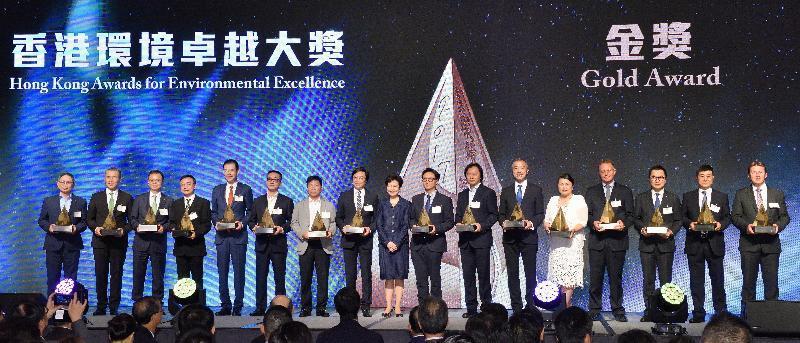 行政長官林鄭月娥(中)今日(五月四日)在香港會議展覽中心出席二○一七香港環境卓越大獎頒獎典禮,並與金獎得獎機構代表合照。