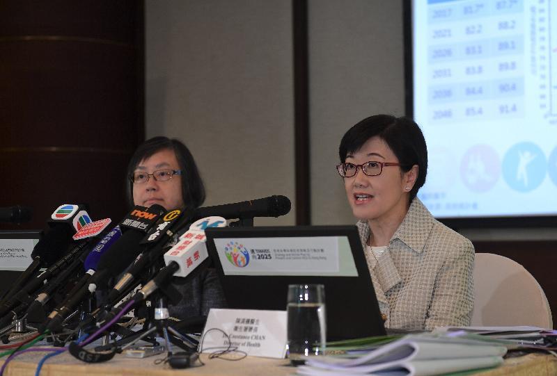 衞生署署長陳漢儀醫生(右)今日(五月四日)記者會上公布《邁向2025:香港非傳染病防控策略及行動計劃》的主要元素。她表示政府新的非傳染病防控策略及行動計劃界定了在二○二五年或之前須實現的九項本地目標,以及一系列可持續及有系統並透過採取貫穿人生歷程的介入措施,來預防非傳染病的出現和增長。圖左為衞生署衞生防護中心監測及流行病學處主任程卓端醫生。