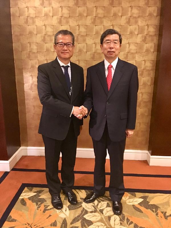 財政司司長陳茂波(左)今日(五月五日)在菲律賓馬尼拉出席亞洲開發銀行(亞行)第五十一屆年度會議,並與亞行行長兼亞行董事會主席中尾武彥(右)會面。