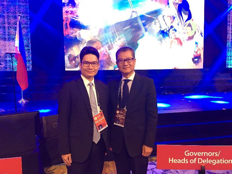 財政司司長陳茂波今日(五月五日)在菲律賓馬尼拉出席亞洲開發銀行(亞行)第五十一屆年度會議。圖示陳茂波(右)和財經事務及庫務局副局長陳浩濂(左)在上午出席亞行理事會開幕儀式。