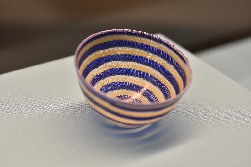 香港歷史博物館本年度重點展覽「奢華世代:從亞述到亞歷山大」明日(五月九日)起舉行。圖示以古代玻璃技術製作的碗(大英博物館藏品)。