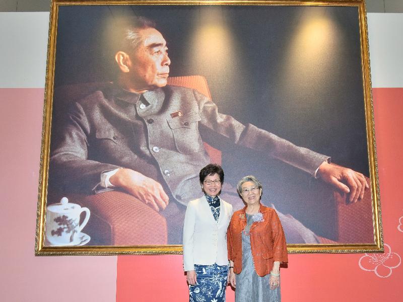 行政長官林鄭月娥(左)今日(五月八日)出席紀念周恩來誕辰120周年(香港)大型展覽開幕式,並與周恩來總理侄女周秉德合照。