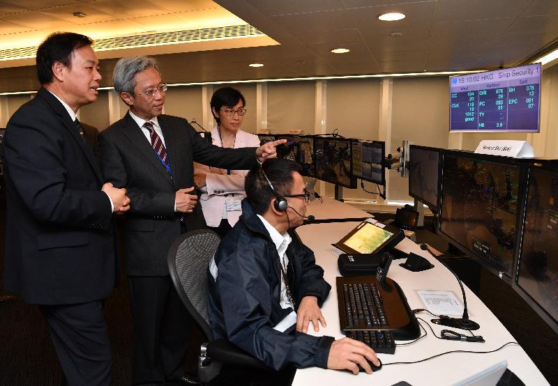 公務員事務局局長羅智光今日(五月九日)到訪海事處。圖示羅智光(左二)聽取同事介紹船隻航行監察中心的工作。