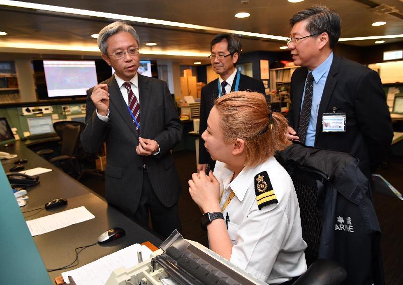 公務員事務局局長羅智光今日(五月九日)到訪海事處。圖示羅智光(左一)聆聽同事講解海上救援協調中心的運作情況。