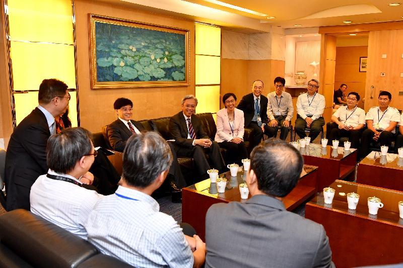 公務員事務局局長羅智光(右七)今日(五月九日)到訪海事處,與部門各職系的員工代表茶敍,就他們關注的事宜交換意見。