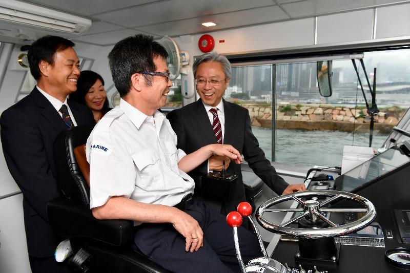 公務員事務局局長羅智光今日(五月九日)到訪海事處。圖示羅智光(右一)在一艘海事處巡邏船上了解前線同事的巡察職務。