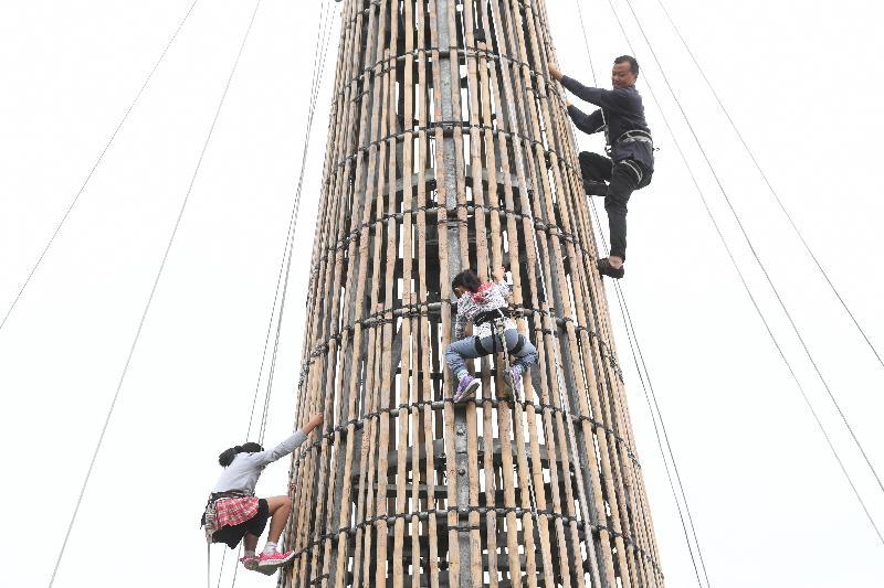 「攀爬嘉年華」星期日(五月十三日)下午在長洲北帝廟遊樂場足球場舉行。身高一米或以上的市民可即場報名參加「攀爬同樂」活動,攀上用於搶包山比賽的約十四米高包山架,體驗攀爬包山的樂趣。