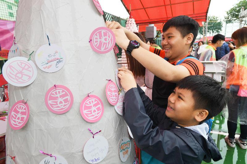 「攀爬嘉年華」星期日(五月十三日)下午在長洲北帝廟遊樂場足球場舉行,市民可在場內的「許願包山」掛上許願卡。