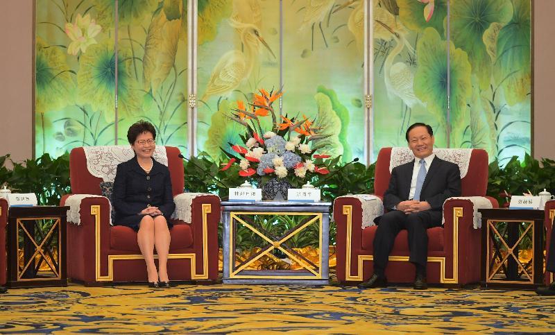 行政長官林鄭月娥(左)今日(五月十一日)在成都出席四川省委書記彭清華(右)與香港特區全體代表團見面會。