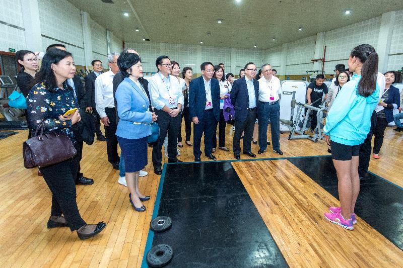 行政長官林鄭月娥五月十日至十三日率領代表團訪問四川成都,代表團成員包括行政會議成員、商會、創意及設計界、青年以及其他界別的代表。圖示代表團成員今日(五月十一日)下午到都江堰參觀由香港賽馬會援建的四川香港馬會奧林匹克運動學校。