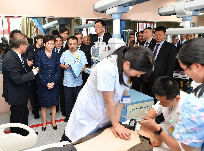 行政長官林鄭月娥(左二)今日(五月十一日)下午在成都參觀四川大學-香港理工大學災後重建與管理學院。