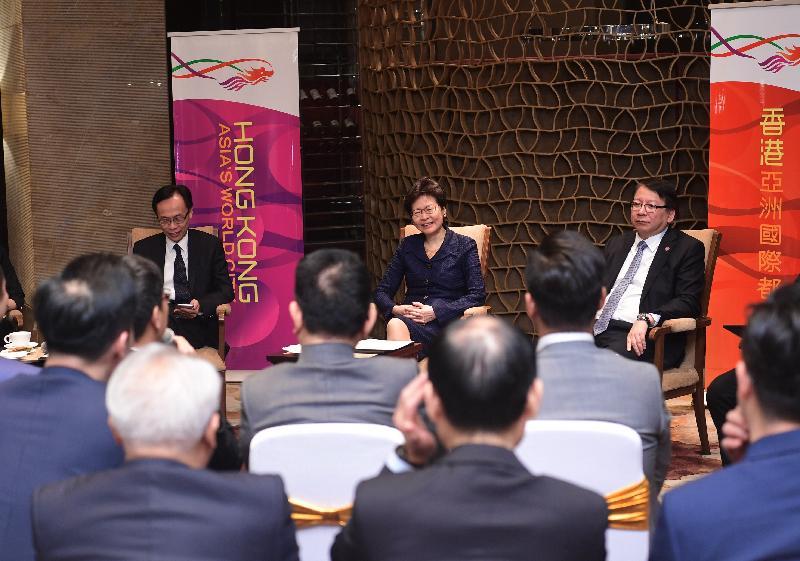 行政長官林鄭月娥(中)今日(五月十二日)晚上在成都與中國香港(地區)商會代表會面。旁為政制及內地事務局局長聶德權(左)和行政長官辦公室主任陳國基(右)。