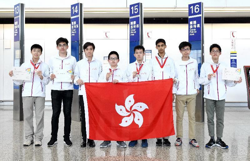 八名中学生代表香港参加五月六至十二日在越南河内举行的第十九届亚洲物理奥林匹克,表现出色。他们是(由左至右)谢卓轩、文礼信、刘海栢、刘思进、邹骏宏、Gaurav Arya、梁捷、李达生。