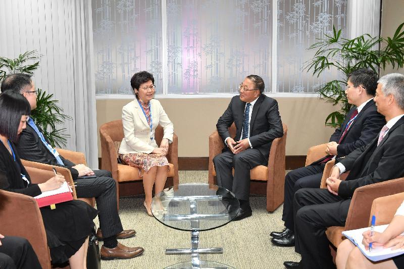 行政長官林鄭月娥(左三)今日(五月十四日)在泰國曼谷與第七十四屆聯合國亞洲及太平洋經濟社會委員會中國代表團團長張軍(右三)會面。中國駐泰王國特命全權大使呂健(右二)及中國常駐聯合國亞太經社會代表黎弘(右一)亦有出席。