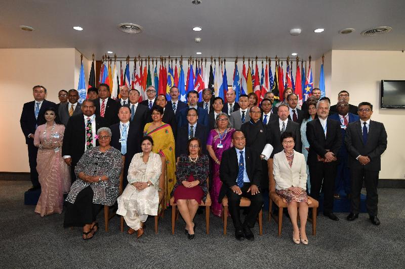 行政長官林鄭月娥今日(五月十四日)在泰國曼谷出席聯合國亞洲及太平洋經濟社會委員會第七十四屆會議部長級會議的開幕環節。圖示林鄭月娥(前排右一)與(前排左起)薩摩亞副總理Fiame Naomi Mataafa、聯合國副秘書長暨亞太經社會執行秘書沙姆沙德‧阿赫塔爾博士、馬紹爾群島總統及新任聯合國亞太經社會第七十四屆會議主席 Hilda Heine、基理巴斯總統暨外交及入境部長Taneti Maamau及其他與會者合照。