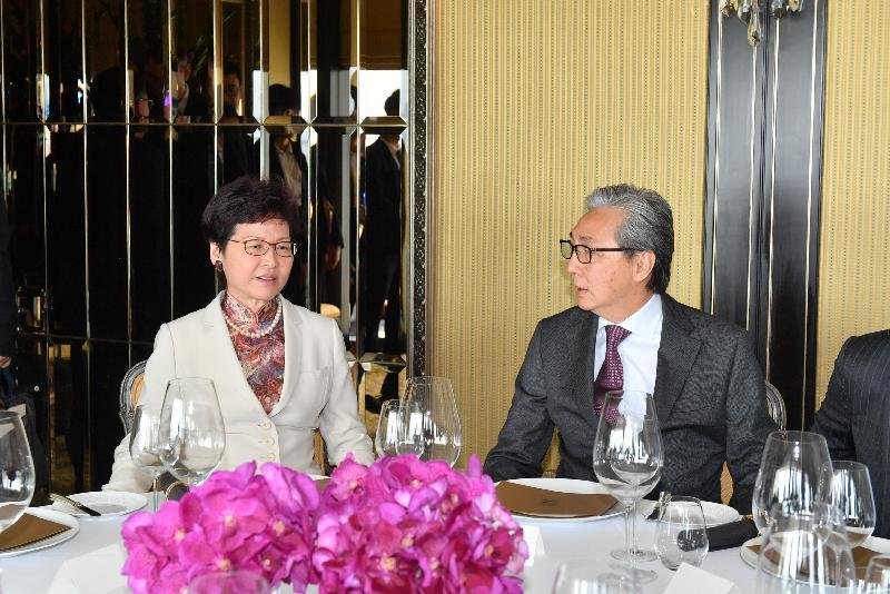 行政長官林鄭月娥今日(五月十四日)在泰國曼谷出席聯合國亞洲及太平洋經濟社會委員會第七十四屆會議部長級會議的開幕環節及泰國副總理頌吉安排的午宴。圖示林鄭月娥(左)與頌吉(右)共晉午餐。
