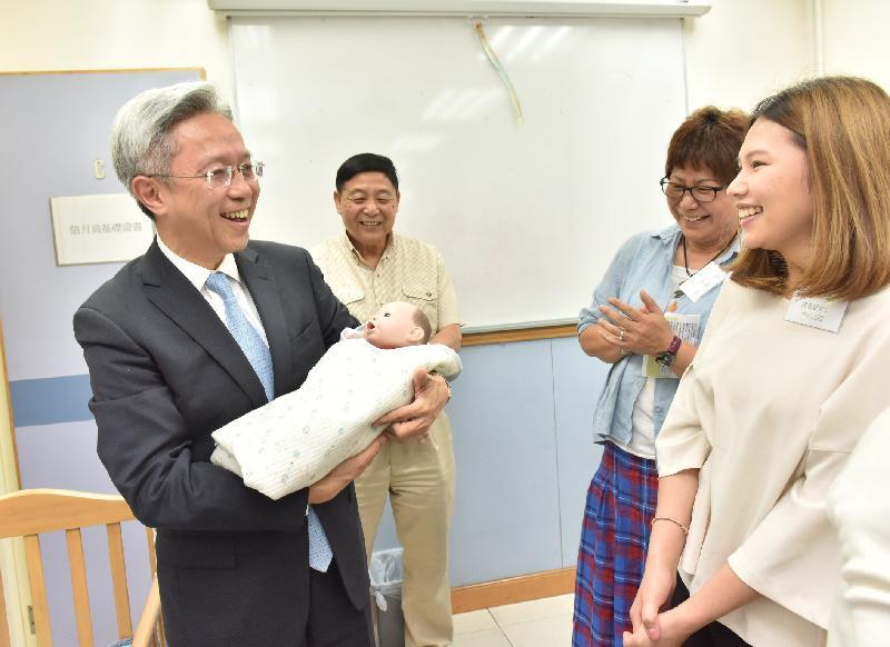 公務員事務局局長羅智光今日(五月十六日)到訪北區。圖示羅智光(左一)參觀香港婦聯廖湯慧靄綜合服務中心,了解中心為居民提供的服務,包括陪月員訓練課程。