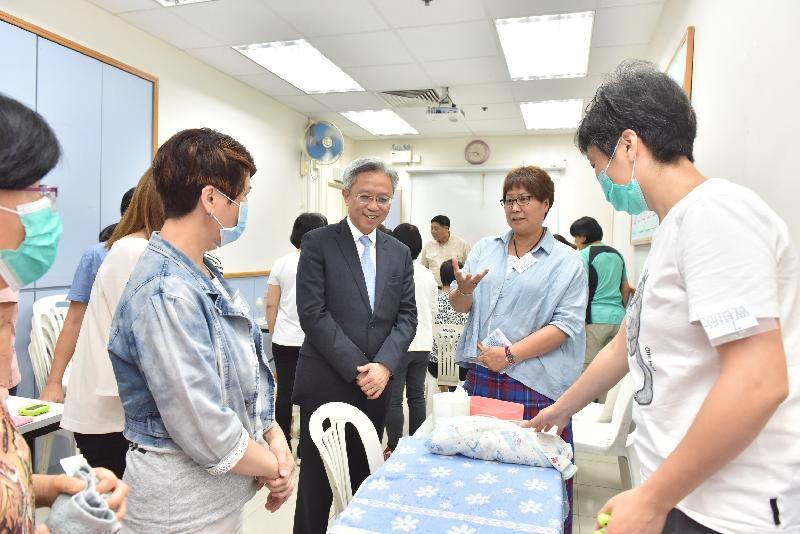 公務員事務局局長羅智光今日(五月十六日)到訪北區。圖示羅智光(中)在香港婦聯廖湯慧靄綜合服務中心與參與訓練課程的學員交談。
