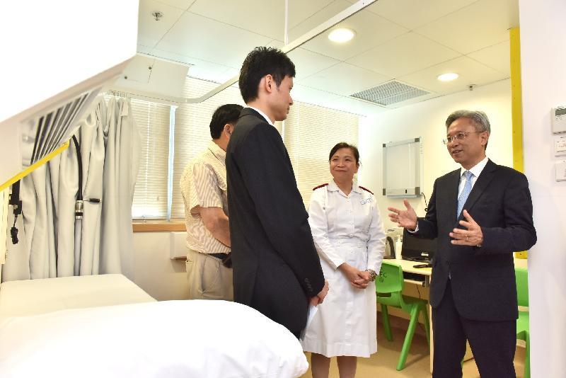 公務員事務局局長羅智光今日(五月十六日)到訪北區。圖示羅智光(右一)了解粉嶺公務員診所的設施和服務。