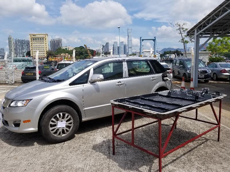 香港海關昨日(五月十五日)首次搗破一個涉嫌利用電動私家車電池箱進行走私活動的集團,行動中共檢獲一千五百七十六部智能電話、二百二十八隻智能手錶及四十五件固態硬碟,估計市值約八百萬元。