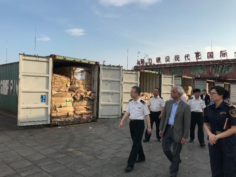 環境局副局長謝展寰(右二)今日(五月十六日)到廣州黃埔海關口岸,了解香港回收物料及廢紙進口內地的檢測工作。