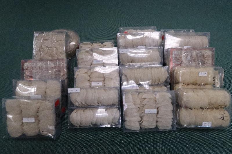 香港海關昨日(五月十五日)在落馬洲管制站一輛出境私家車上檢獲約十二公斤懷疑走私燕窩,估計市值約六十四萬元。