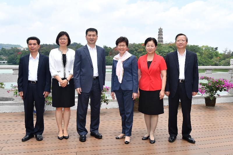 行政長官林鄭月娥今日(五月十六日)在惠州與惠州市代市長劉吉會面。圖示林鄭月娥(右三)與劉吉(左三)及其他市領導在會面前合照。