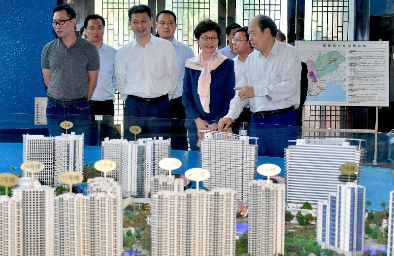 行政長官林鄭月娥今日(五月十六日)在惠州訪問期間參觀一個較多港人聚居的大型住宅項目。圖示林鄭月娥(前排右二)聽取項目介紹,旁為惠州市代市長劉吉(前排左二)。