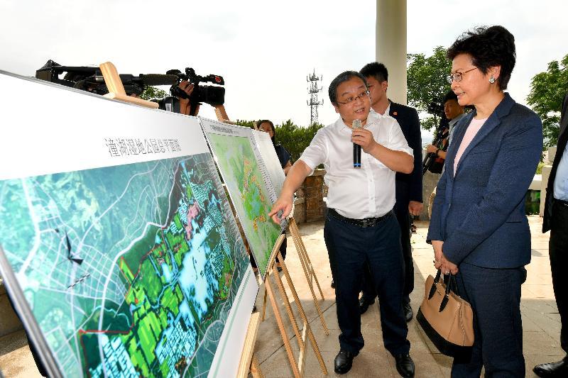 行政長官林鄭月娥(右一)今日(五月十六日)在惠州考察規劃中的潼湖生態智慧區,並聽取有關智慧區整體規劃的介紹。