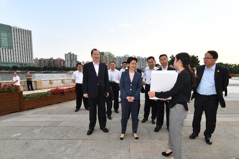 行政長官林鄭月娥(左五)今日(五月十六日)在廣州參觀二沙島藝術公園。圖示林鄭月娥在廣州市委書記任學鋒(左二)陪同下,聽取有關廣州城市發展的介紹。