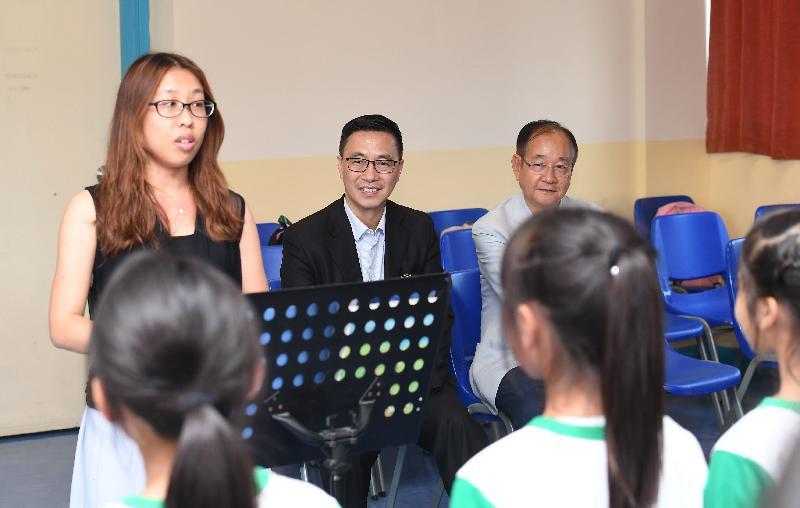 教育局局长杨润雄(中)今日(五月十七日)到访西贡区,他首先参观西贡中心李少钦纪念学校,并观看学生合唱团献唱。