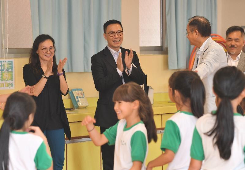 教育局局长杨润雄(中)今日(五月十七日)到访西贡中心李少钦纪念学校期间,欣赏学生的舞蹈表演。