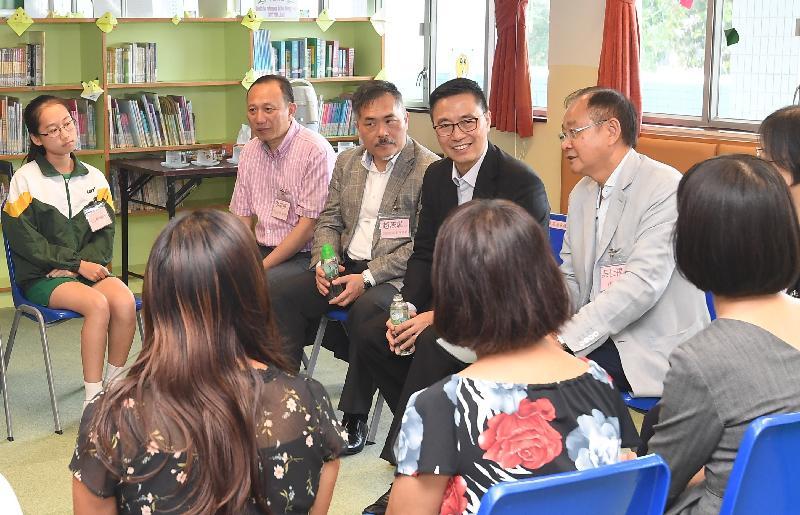 教育局局长杨润雄(右二)今日(五月十七日)到访西贡中心李少钦纪念学校,聆听教职员、家长及学生的意见。