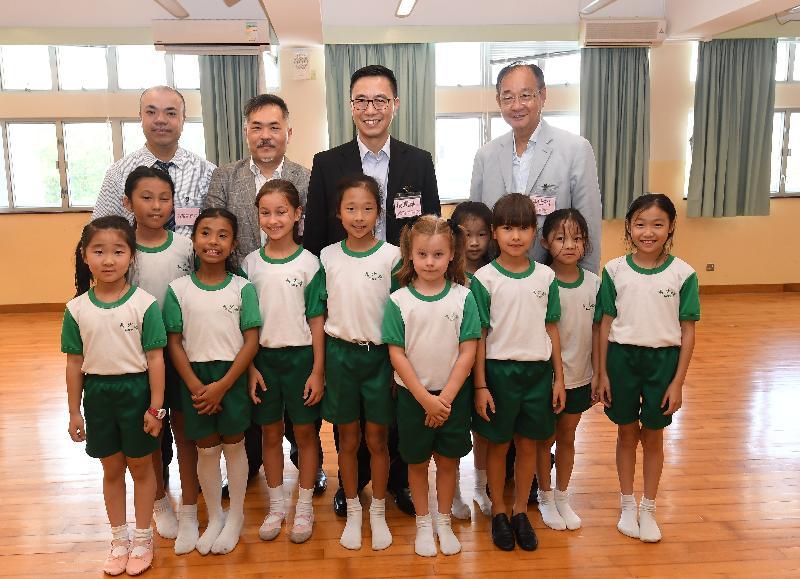 教育局局长杨润雄(后排右二)今日(五月十七日)与就读于西贡中心李少钦纪念学校的学生包括非华语学童合照。
