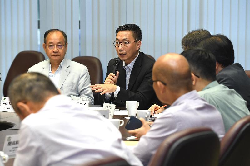教育局局长杨润雄(左二)今日(五月十七日)到访西贡区议会与主席吴仕福(左一)及区议员会面,就教育及其他地区事务交换意见。