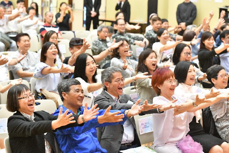 主礼嘉宾与参加者今日(五月十七日)在「我好『叻』」社区健康推广计划嘉许典礼上一同参与「大笑瑜伽」。