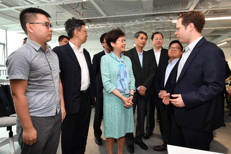行政長官林鄭月娥今日(五月十七日)在廣州科學城參觀一間創新科技公司。圖示林鄭月娥(中)與來自香港的公司職員交談。