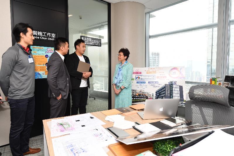 行政長官林鄭月娥今日(五月十七日)參觀廣州市天河區港澳青年之家。圖示林鄭月娥(右一)與進駐該處的青年創業家交談。