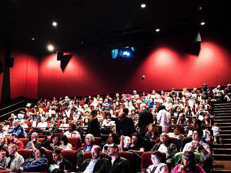 在美国首映的得奖电影《黄金花》,由香港驻纽约经济贸易办事处赞助,於五月十六日(芝加哥时间)在芝加哥亚洲跃动电影展放映。放映会座无虚席。