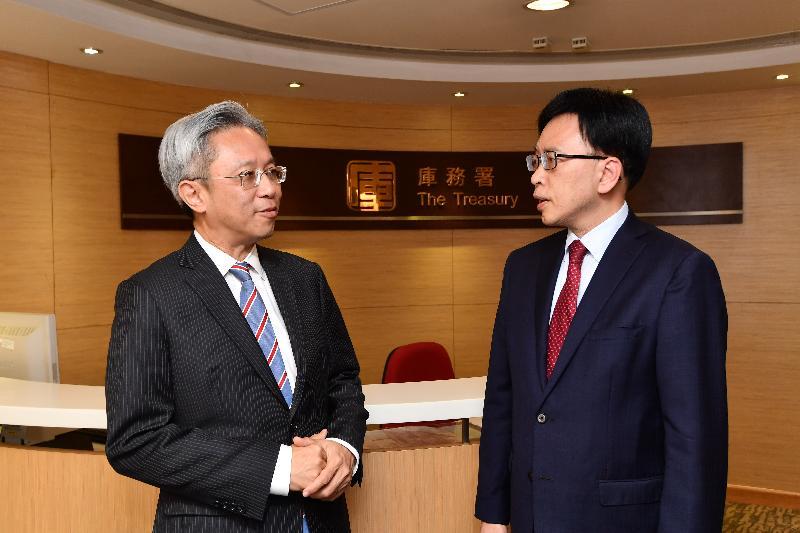 公務員事務局局長羅智光(左)今日(五月十八日)到訪庫務署,與署長黃成禧(右)會面,了解部門工作的最新情況。
