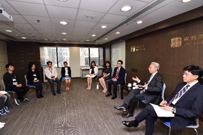 公務員事務局局長羅智光(右二)今日(五月十八日)在公務員事務局常任秘書長周達明(右一)陪同下到訪庫務署,與部門各職系的員工代表茶敍,就他們關注的事宜交換意見。